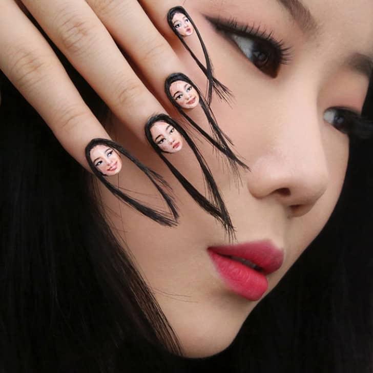 unghie con ciocche di capelli